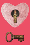 Ρόδινη καρδιά πετρών με την κλειδαρότρυπα και το παλαιό πλήκτρο Στοκ Φωτογραφίες