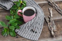Ρόδινη κούπα σε ένα γκρίζο μαντίλι σε έναν ξύλινο πίνακα Στοκ Φωτογραφίες