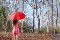 ρόδινη κόκκινη γυναίκα θερινών ομπρελών φορεμάτων Στοκ φωτογραφίες με δικαίωμα ελεύθερης χρήσης