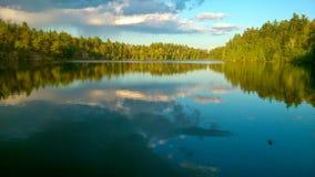 Ρόδινη λίμνη τοπίων στοκ εικόνα με δικαίωμα ελεύθερης χρήσης