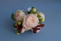 Ρόδινη μικρή ανθοδέσμη τριαντάφυλλων και μούρων για το εξάρτημα επιτραπέζιων ρυθμίσεων ή μπουτονιέρων στοκ φωτογραφίες με δικαίωμα ελεύθερης χρήσης