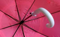 Ρόδινη ομπρέλα πυροβοληθείσα από μέσα στοκ φωτογραφία