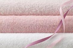 ρόδινη πετσέτα λουτρών Στοκ φωτογραφίες με δικαίωμα ελεύθερης χρήσης