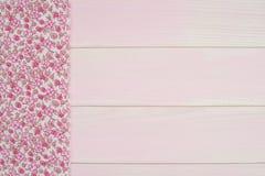 Ρόδινη πετσέτα πέρα από τον ξύλινο πίνακα Στοκ φωτογραφίες με δικαίωμα ελεύθερης χρήσης