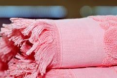 Ρόδινη πετσέτα υφασμάτων σε ένα αφηρημένο υπόβαθρο κλείστε επάνω στοκ φωτογραφία με δικαίωμα ελεύθερης χρήσης