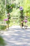 Ρόδινη πλαστή γαμήλια διακόσμηση φλαμίγκο με anthurium τα λουλούδια και Στοκ Φωτογραφία