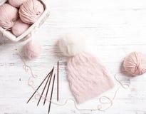 Ρόδινη σπείρα του νήματος στο καλάθι και τις πλέκοντας βελόνες Στοκ εικόνες με δικαίωμα ελεύθερης χρήσης