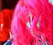 Ρόδινη συνθετική περούκα στοκ φωτογραφία