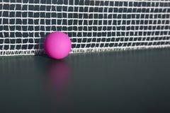 Ρόδινη σφαίρα επιτραπέζιας αντισφαίρισης στο δίχτυ Στοκ φωτογραφία με δικαίωμα ελεύθερης χρήσης