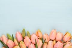 Ρόδινη τουλίπα στο εκλεκτής ποιότητας ξύλινο υπόβαθρο Ευχετήρια κάρτα ημέρας μητέρων στοκ εικόνες