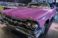 Ρόδινη Chrysler του Robert αυτοκρατορική κορώνα 1959 εγκαταστάσεων ` s στο ελληνικό μουσείο μηχανών στην Αθήνα, Ελλάδα στοκ φωτογραφία με δικαίωμα ελεύθερης χρήσης