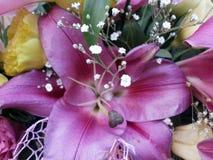 Ρόδινοι κρίνοι, κίτρινα και πράσινα τριαντάφυλλα στοκ εικόνες με δικαίωμα ελεύθερης χρήσης