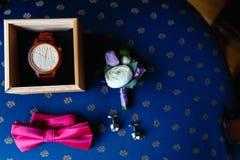Ρόδινος δεσμός τόξων, όμορφα μανικετόκουμπα γυαλιού, μπουτονιέρα λουλουδιών Ένα σύνολο των ατόμων εξαρτημάτων σε μια παλαιά ξύλιν στοκ φωτογραφία με δικαίωμα ελεύθερης χρήσης