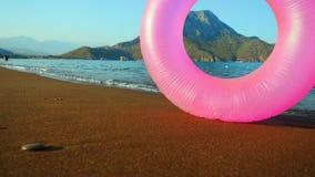 Ρόδινος διογκώσιμος κύκλος στην παραλία απόθεμα βίντεο