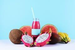 Ρόδινος καταφερτζής με τα τροπικά φρούτα Στοκ Φωτογραφία
