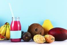 Ρόδινος καταφερτζής με τα τροπικά φρούτα Στοκ Φωτογραφίες