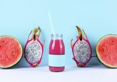 Ρόδινος καταφερτζής με τα τροπικά φρούτα Στοκ εικόνες με δικαίωμα ελεύθερης χρήσης
