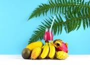 Ρόδινος καταφερτζής με τα τροπικά φρούτα Στοκ Εικόνες