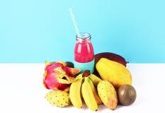 Ρόδινος καταφερτζής με τα τροπικά φρούτα Στοκ εικόνα με δικαίωμα ελεύθερης χρήσης