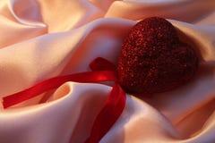 ρόδινος κόκκινος s ημέρας βαλεντίνος του ST μεταξιού καρδιών Στοκ φωτογραφία με δικαίωμα ελεύθερης χρήσης