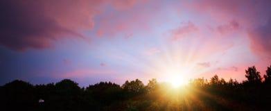 Ρόδινος ουρανός ηλιοβασιλέματος Στον ουρανό βραδιού με τον ήλιο στοκ εικόνες