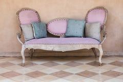 Ρόδινος υφαντικός εκλεκτής ποιότητας καναπές στοκ εικόνα