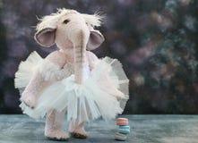 Ρόδινος χειροποίητος ελέφαντας παιχνιδιών ballerinа στο λευκό στοκ φωτογραφία