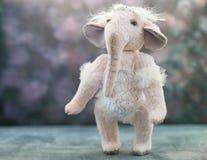 Ρόδινος χειροποίητος ελέφαντας παιχνιδιών ballerinа στο λευκό στοκ εικόνες με δικαίωμα ελεύθερης χρήσης