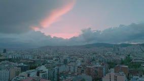 Ρόδινο ενθαρρυντικό ονειροπόλο ηλιοβασίλεμα πέρα από την αστική πόλη φιλμ μικρού μήκους