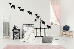 Ρόδινο εσωτερικό κρεβατοκάμαρων παιδιών ` s Στοκ Εικόνες