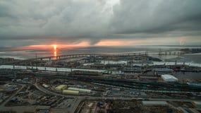Ρόδινο ηλιοβασίλεμα στα γκρίζα σύννεφα επάνω από τη θάλασσα στο λιμένα στοκ φωτογραφίες με δικαίωμα ελεύθερης χρήσης