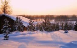 Ρόδινο ηλιοβασίλεμα ih το σιβηρικό χωριό Στοκ φωτογραφίες με δικαίωμα ελεύθερης χρήσης