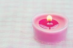 Ρόδινο καίγοντας κερί σε μια ρομαντική μαλακή ανασκόπηση Στοκ φωτογραφία με δικαίωμα ελεύθερης χρήσης