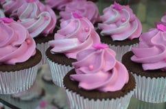 Ρόδινο και άσπρο Cupcakes με τα μαργαριτάρια Στοκ Εικόνες