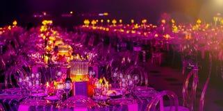 Ρόδινο και πορφυρό ντεκόρ Χριστουγέννων για ένα μεγάλο κόμμα ή ένα γεύμα Gala στοκ φωτογραφίες