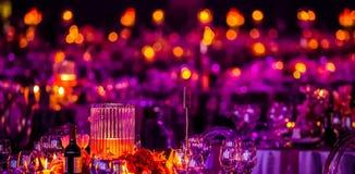 Ρόδινο και πορφυρό ντεκόρ Χριστουγέννων για ένα μεγάλο κόμμα ή ένα γεύμα Gala στοκ εικόνες