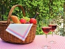 Ρόδινο καλάθι πικ-νίκ πετσετών και δύο ποτήρια του κρασιού στοκ εικόνα με δικαίωμα ελεύθερης χρήσης