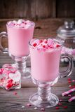 Ρόδινο καυτό γάλα με marshmallow και ζάχαρης τις καρδιές σε μια κούπα γυαλιού για την ημέρα βαλεντίνων στοκ φωτογραφίες με δικαίωμα ελεύθερης χρήσης