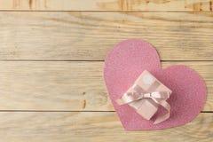 Ρόδινο κιβώτιο δώρων και μια καρδιά σε ένα φυσικό ξύλινο υπόβαθρο βαλεντίνος ημέρας s Τοπ άποψη με το διάστημα για το κείμενο στοκ φωτογραφία με δικαίωμα ελεύθερης χρήσης