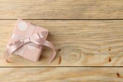 Ρόδινο κιβώτιο δώρων στο φυσικό ξύλινο υπόβαθρο βαλεντίνος ημέρας s Τοπ άποψη με το διάστημα για το κείμενο στοκ εικόνα με δικαίωμα ελεύθερης χρήσης