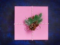 Ρόδινο κιβώτιο δώρων Χριστουγέννων στο μπλε ντεκόρ άποψης υποβάθρου άνωθεν Στοκ Εικόνες