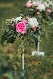 ρόδινο λευκό λουλουδ&io Στοκ εικόνα με δικαίωμα ελεύθερης χρήσης
