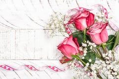 ρόδινο λευκό τριαντάφυλλων ανασκόπησης στοκ φωτογραφία με δικαίωμα ελεύθερης χρήσης