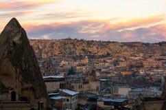 Ρόδινο νεφελώδες ηλιοβασίλεμα πέρα από την πόλη Goreme, Cappadocia, Τουρκία Στοκ εικόνες με δικαίωμα ελεύθερης χρήσης