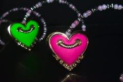 Ρόδινο & πράσινο χρωματισμένο διαμορφωμένο καρδιά απομονωμένο showpiece αντικείμενο στοκ εικόνες