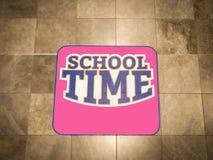 Ρόδινο σημάδι σχολικού χρόνου στον τοίχο στοκ φωτογραφία