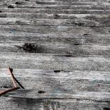 Ρόδινο σχοινί σε μια ξεπερασμένη ξύλινη κεκλιμένη ράμπα ακτίνων Στοκ φωτογραφία με δικαίωμα ελεύθερης χρήσης