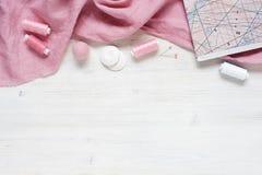 Ρόδινο φυσικό ύφασμα και ράβοντας εργαλεία Στοκ εικόνα με δικαίωμα ελεύθερης χρήσης
