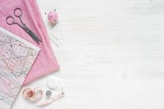 Ρόδινο φυσικό ύφασμα και ράβοντας εργαλεία Στοκ Εικόνες