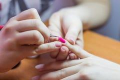 Ρόδινο χρώμα χρωμάτων καρφιών μανικιούρ στοκ εικόνες